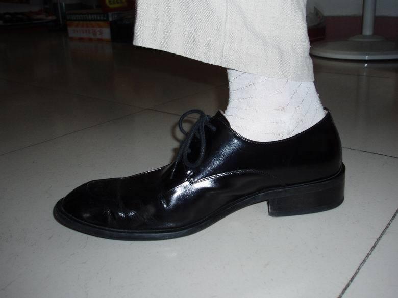 黑皮鞋白袜子,这样搭配好吗?